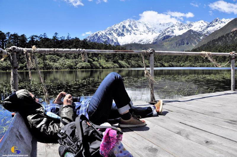 Lady lie down beside Yajia Love Lake ทริป ทิเบต การจือ หย่าเฉิน โปรแกรม 1